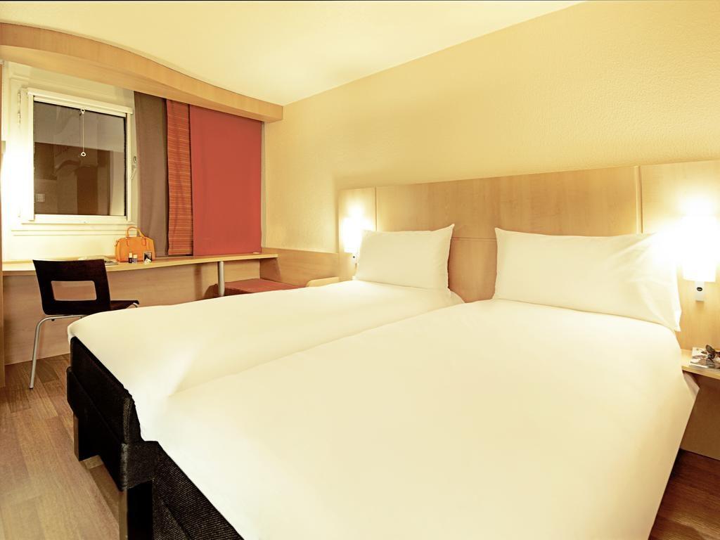 Foto de camas individuais em quarto duplo do Ibis Alfragide