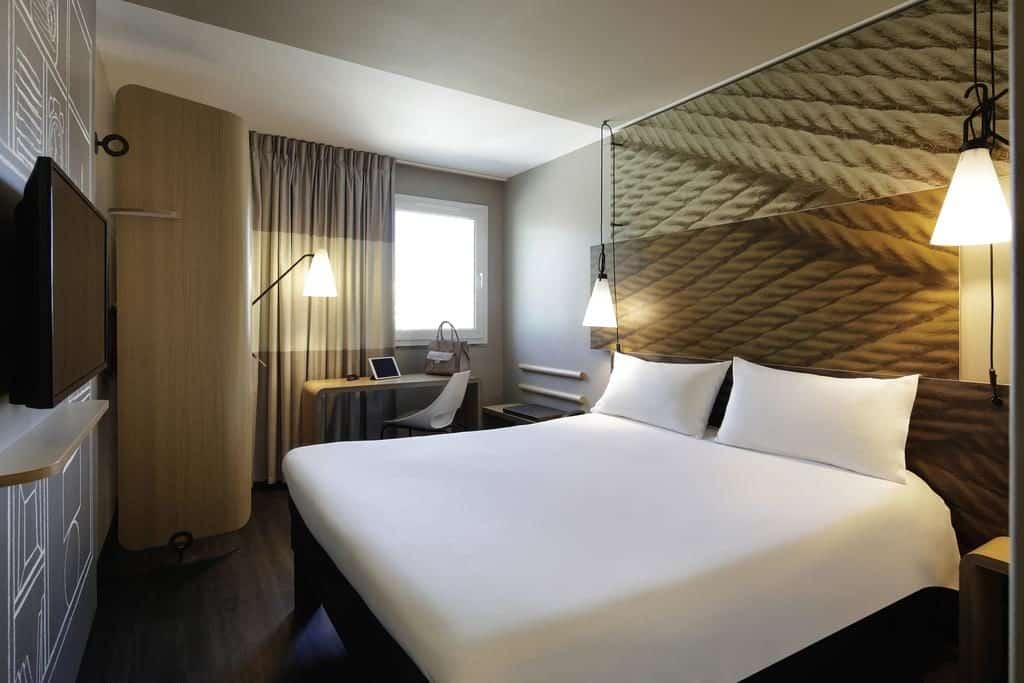 Imagem de quarto com cama de casal no hotel Ibis Liberdade