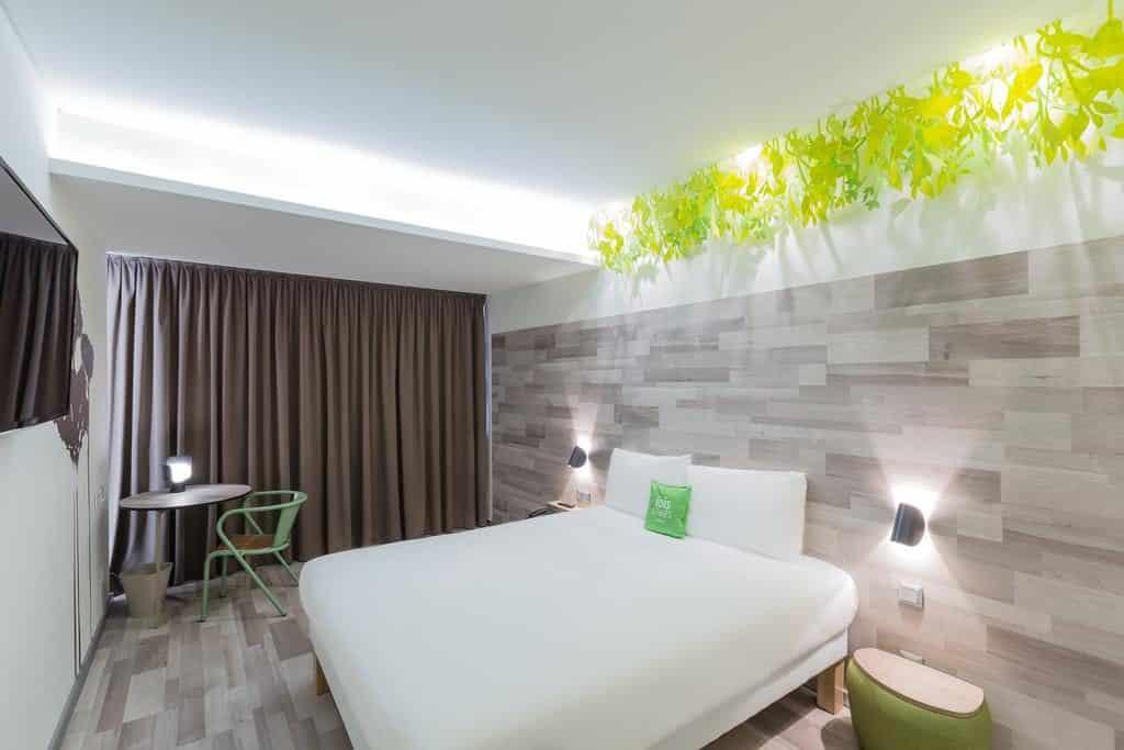 Foto de quarto com decoração clean e bastante espaço no Ibis Styles Marquês de Pombal