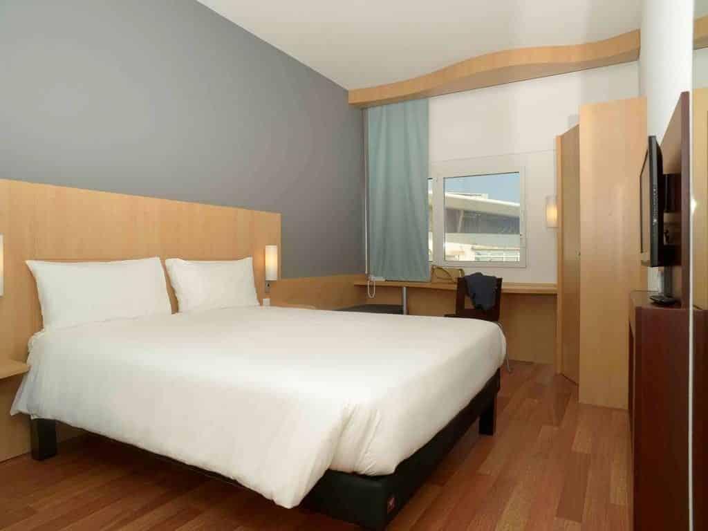 Foto de cama de casal em quarto do Ibis Parque das Nações