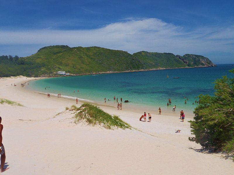 Praia da Ilha do Farol, um dos passeios que você precisa fazer na sua lua de mel em Arraial do Cabo