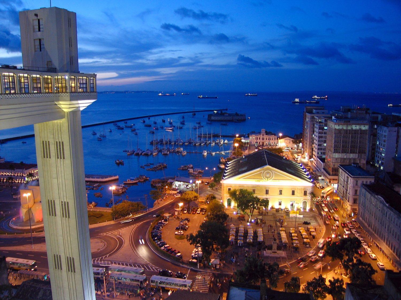 Foto da orla da capital baiana, com o Mercado Modelo, no post sobre aluguel de carros em Salvador