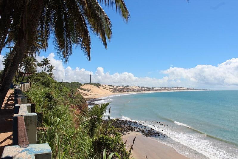 Foto de praia em Nísia Floresta, perto de Natal, em área conhecida como Mirante dos Golfinhos