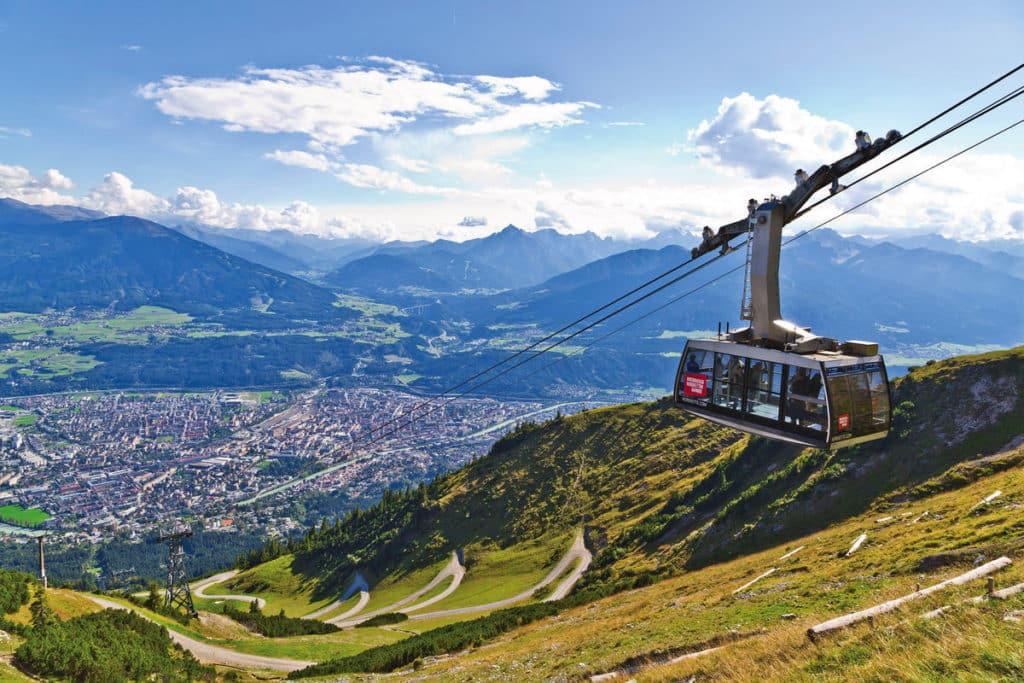 A linda vista da cidade de Innsbruck da Nordkettenbahnen