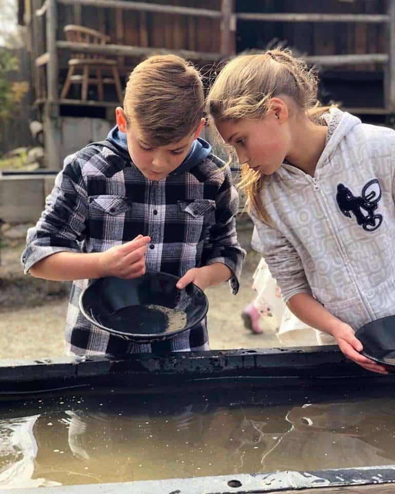 Crianças participando de atividade de busca do ouro