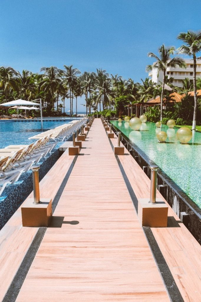 A piscina principal e a famosa rampa do Reflect Krystal Nuevoo Vallarta.