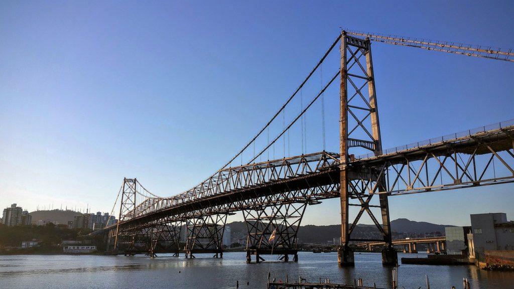 Foto da ponte Colombo Sales, que liga o continente a ilha e pode ser percorrida com um aluguel de carro em Florianópolis