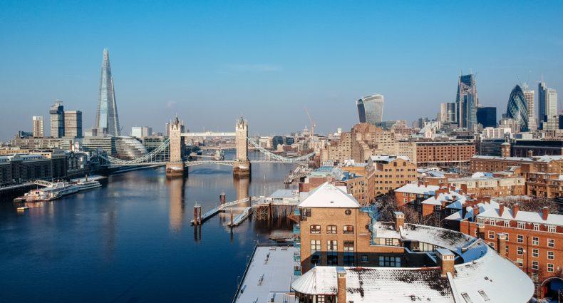 Vista de pontos turísticos Inglaterra localizados em Londres, como a Ponte da Torre sobre o rio Tâmisa