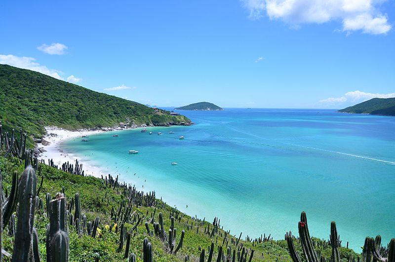 Que tal passar a lua de mel em Arraial do Cabo? Na foto a Praia do Forno, uma das principais da região.