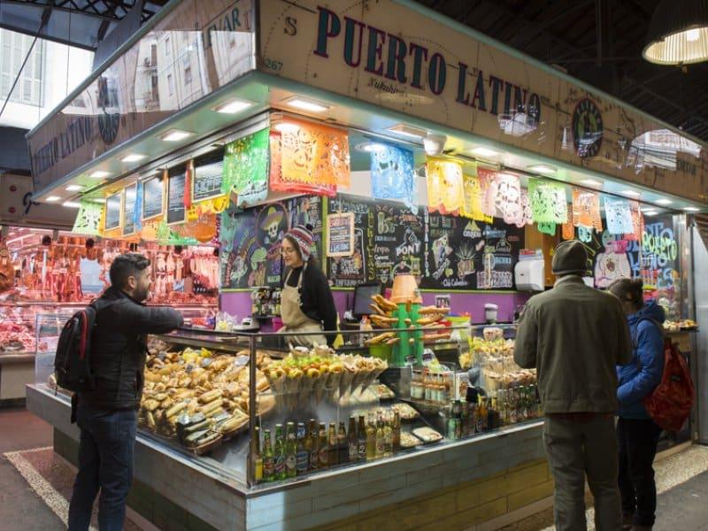 Imagem do estande Puerto Latino no mercado La Boqueria