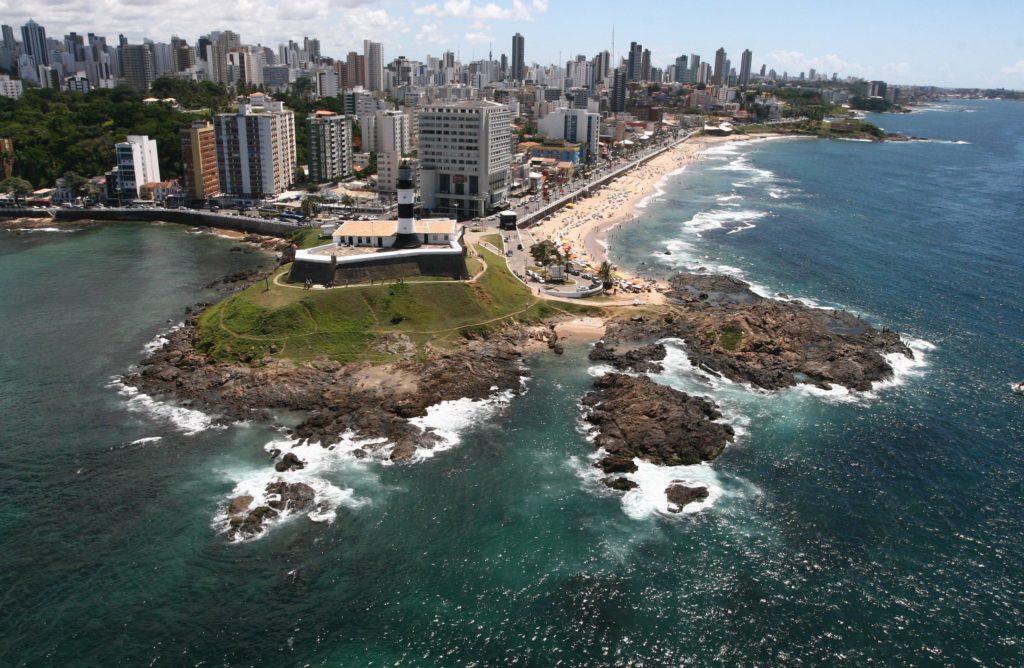 Imagem aérea de área da capital baiana onde está o Farol da Barra - post sobre aluguel de carros em Salvador