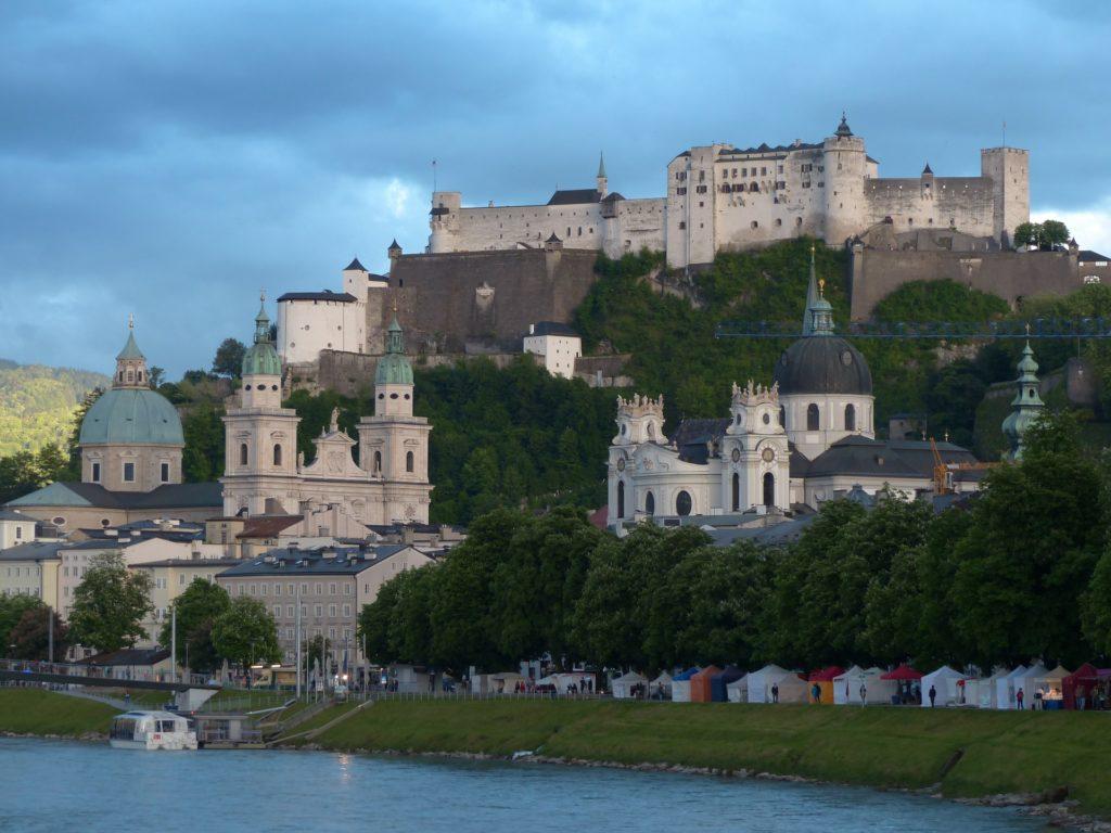 A Fortaleza de Hohensalzburg no alto da montanha em Salzburg