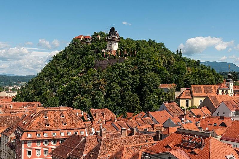A colina Schlossberg com a Torre do Relógio - Foto: Pxhere