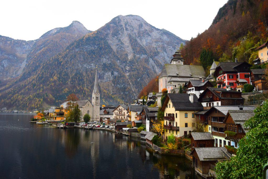 A cidade de Hallstatt na Áustria, um dos lindos lugares para conhecer no país.