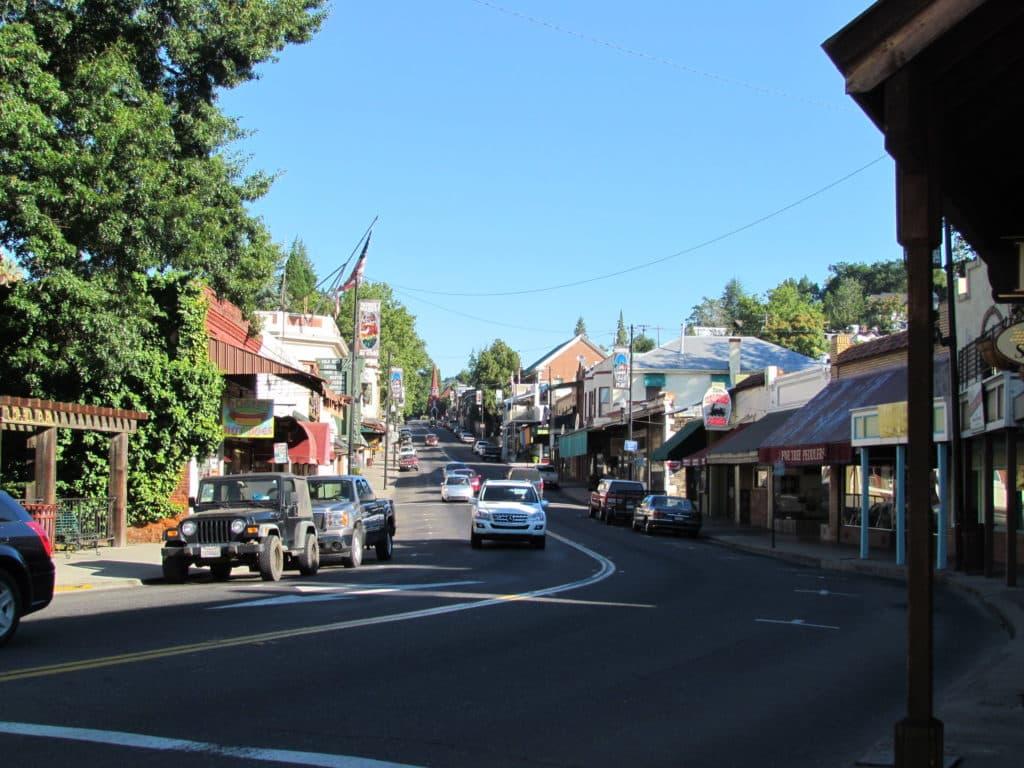 Foto de downtown Sonora, cidade pequena mas sede do Condado de Tuolumne