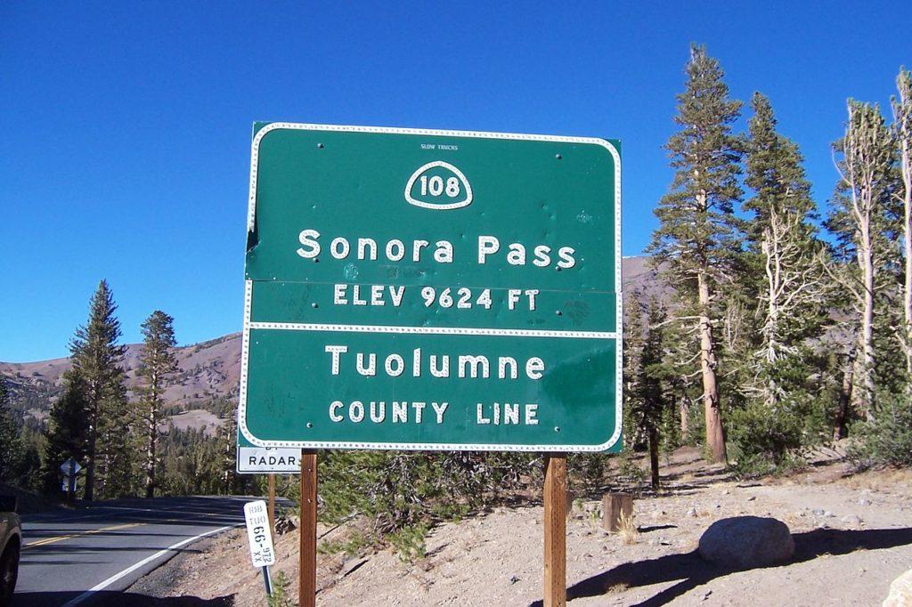 Placa indicativa da estrada 108 (Sonora PAss) e do Condado de Tuolumne
