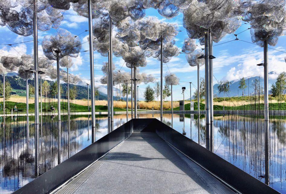 Uma das várias atrações, as Nuvens de Swarovski no Crystal World em Wattens, nos arredores de Innsbruck