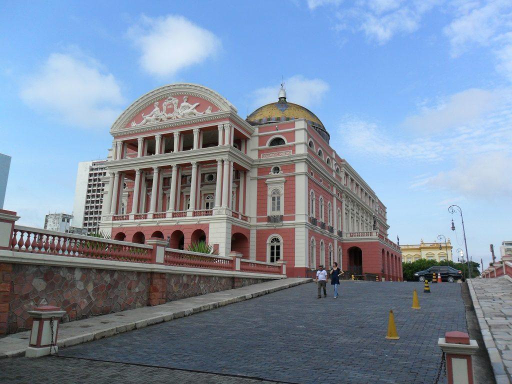 Foto do Teatro Amazonas, o cartão postal da cidade, no post aluguel de carros Manaus