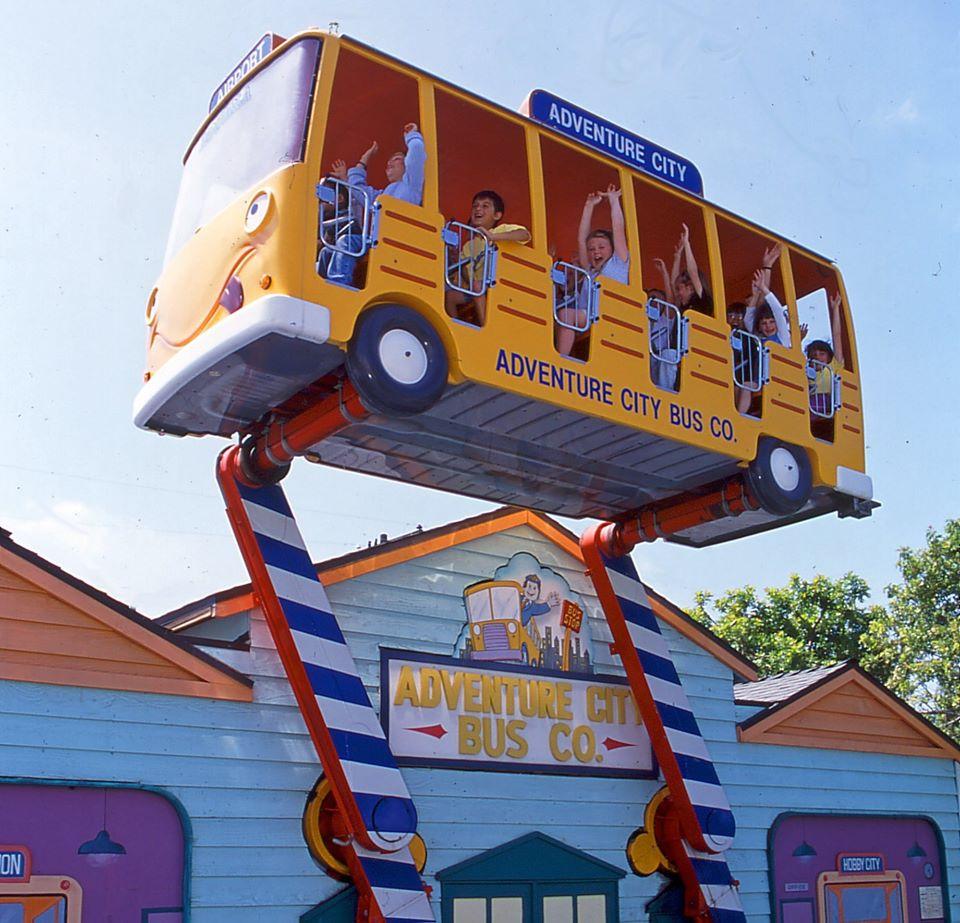 Brinquedo de ônibus para crianças no Adventure City em Anaheim