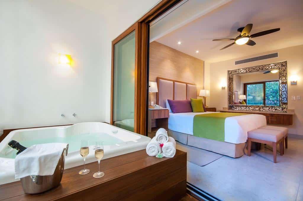 Quarto de casal romântico com hidro do Almar Resort Luxury LGBT