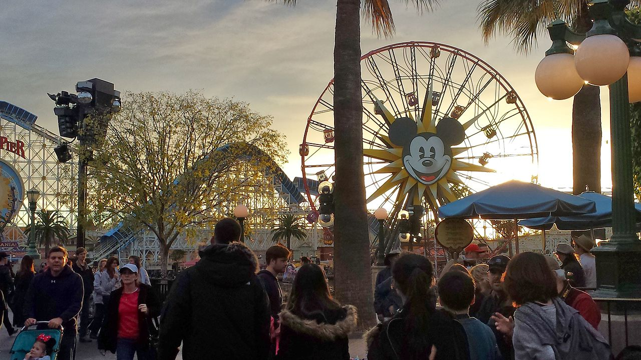 Parte do Disney California Adventure Park em Anaheim, na California, com grande público no parque, em frente à famosa roda gigante com a cara do Mickey