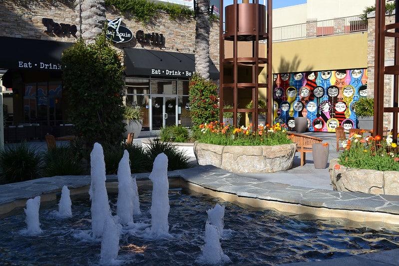 Foto do Anaheim Garden Walk, com fonte e restaurante ao fundo