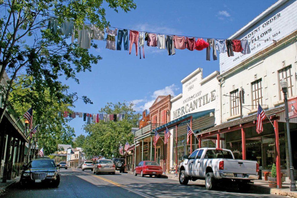 Foto de centro histórico em Angels Camp, cidade do condado de Calaveras, em Gold Country California