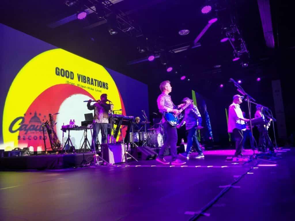 Foto próxima ao palco, da banda Beach Boys tocando