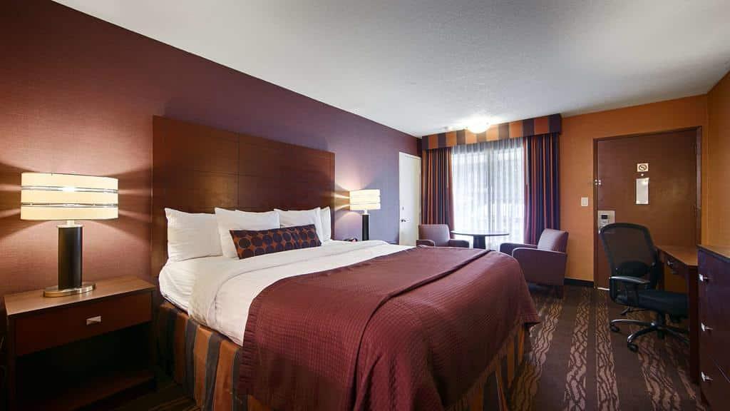 Quarto com cama de casal ampla no Best Western Plus Stovall's Inn