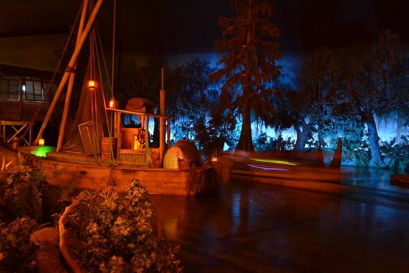 Decoração do restaurante Blue Bayou, com barcos de madeira