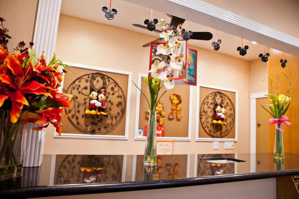 Foto da recepção do hotel com decorações de Mickey e Minnie