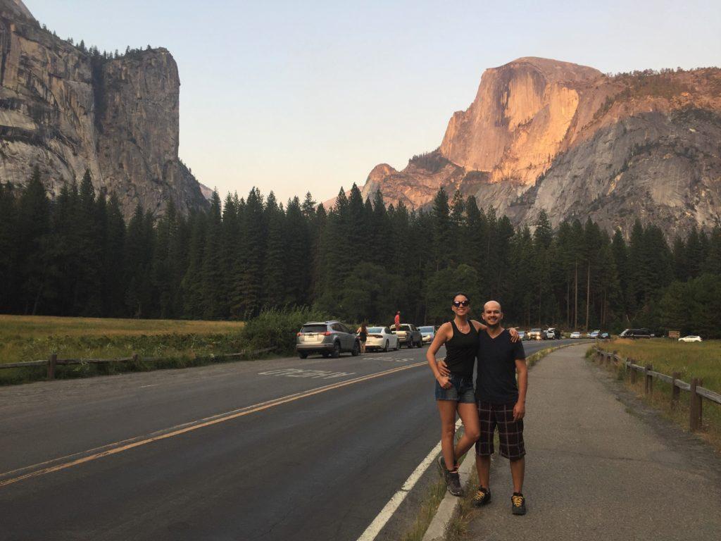 Colunista e acompanhante em estrada com vista para El Capitan e Half Dome, paredões de granito do Yosemite Park