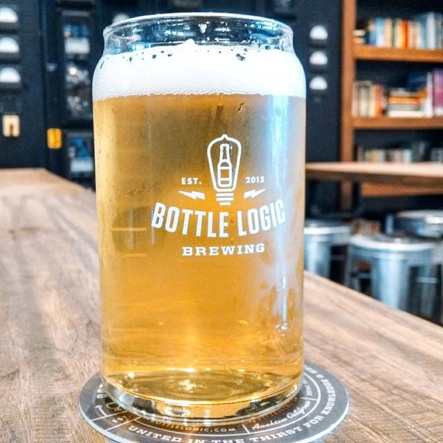 Foto de caneca com cerveja na Bottle Logic Brewing em Anaheim