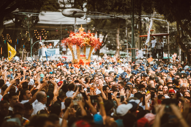 Imagem de multidão de pessoas durante romaria no Círio de Nazaré 2019