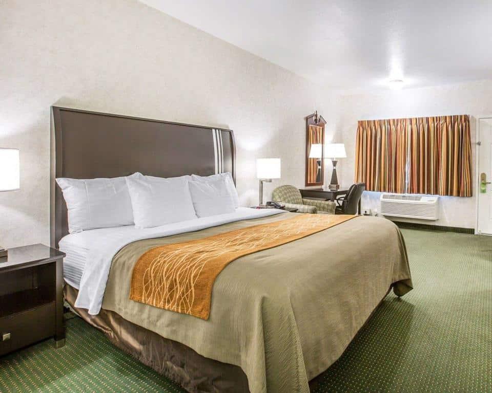 Quarto do hotel Comfort Inn Yosemite Area em Oakhurst, com cama de casal bem ampla