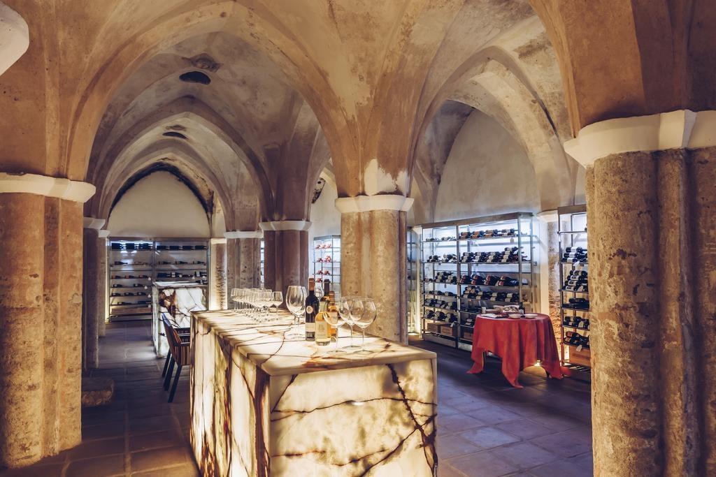 Cava de vinho no Convento do Espinheiro, Historic Hotel & Spa - Lua de Mel Portugal