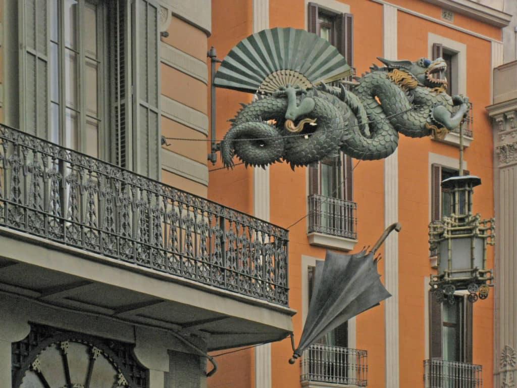 O dragão de ferro forjado chinês na faixada da Casa Bruno Cuadros