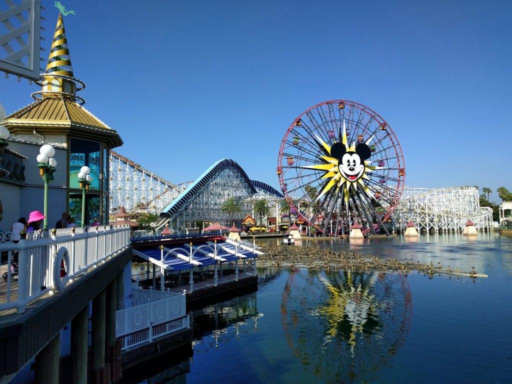 Foto do Pixar Pier em um dos parques Disney da California
