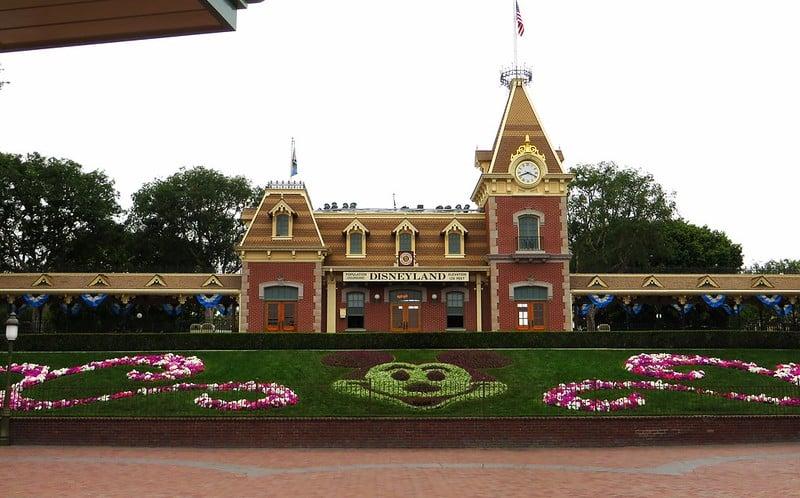 Foto da estação de trem na entrada do Disneyland Park da Califórnia, em dia nublado