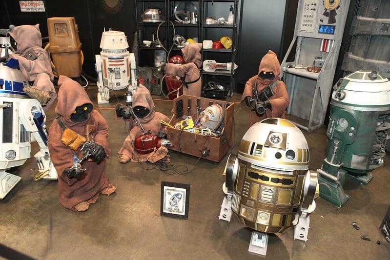 Foto mostrando criaturas de Star Wars, junto com robôs, que podem ser construídos pelos participantes do Droid Depot