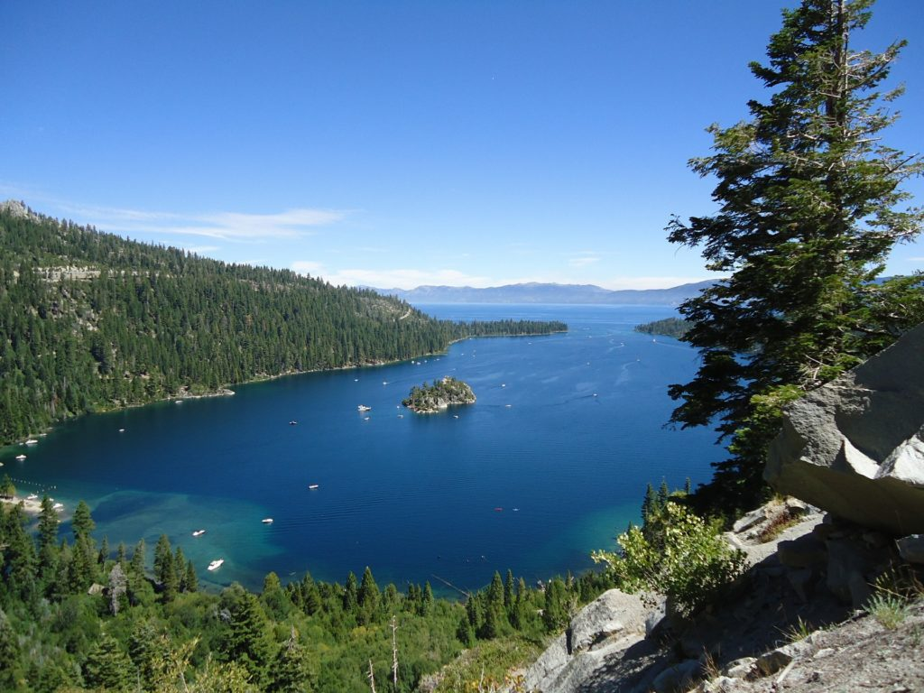 Vista do alto de Emerald Bay, baía que faz parte de Lake Tahoe California