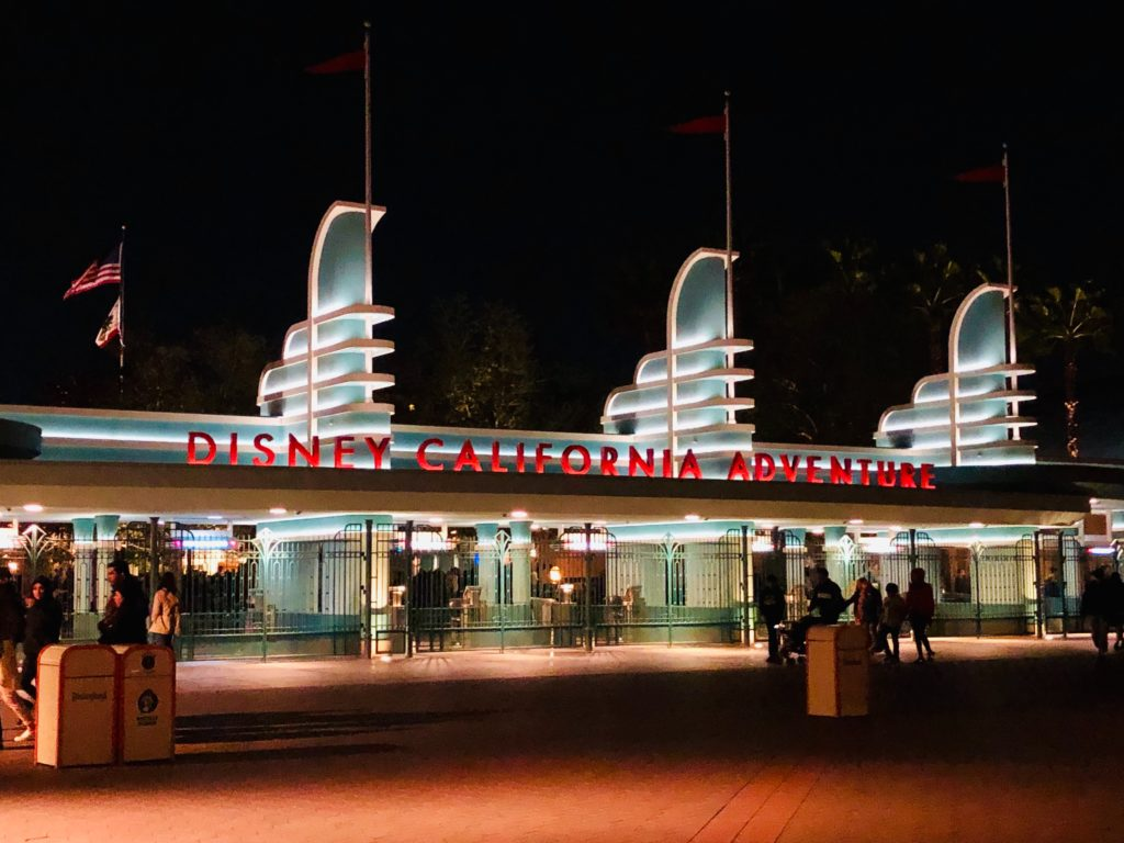 Entrada do Disney California Adventure Park à noite