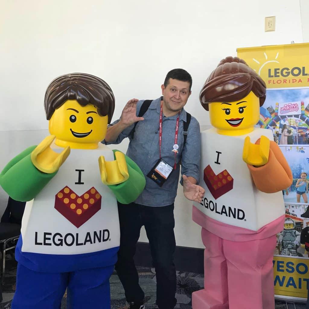 Flávio Antunes entre dois bonecos lego em área da Legoland do IPW 2019