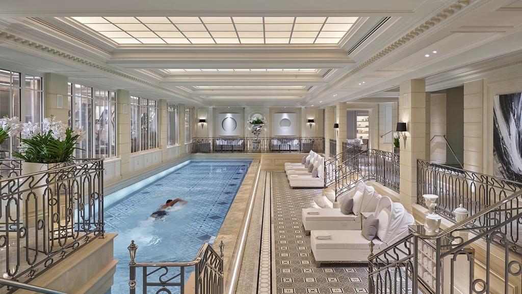 Piscina no Four Seasons Hotel George V Paris