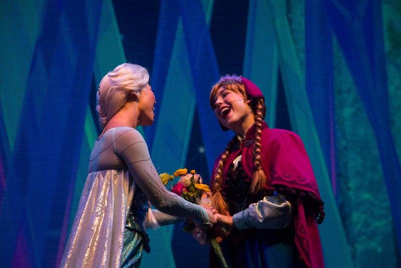 Foto de Elsa e Anna no show Frozen Live at Hyperion