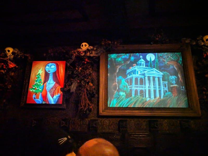 Foto de pinturas da Sally, de O Estranho Mundo de Jack, e da própria Haunted Mansion, nas paredes internas da mansão