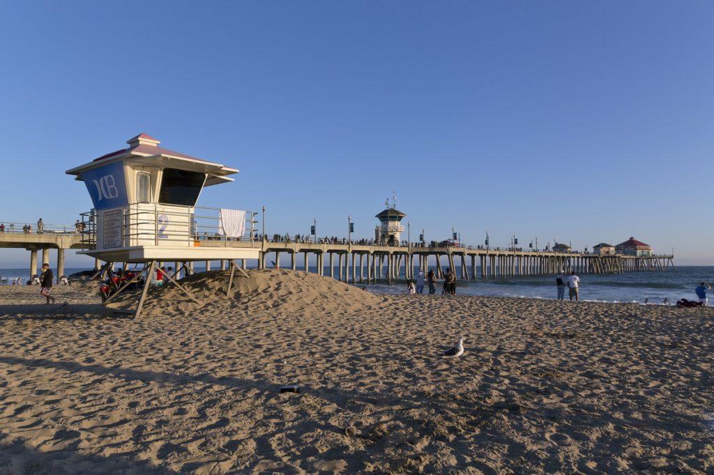Foto de Huntington Beach, com pier e extensa faixa de areia