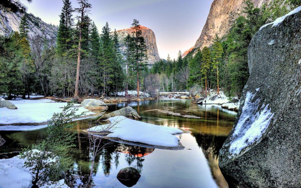 Foto de paisagem de inverno no Yosemite National Park, com lado e alguns pontos de neve