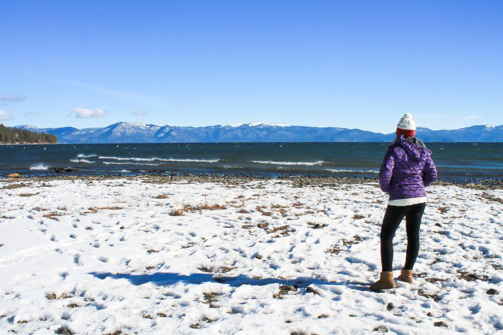 Foto de praia do lago em Lake Tahoe durante o inverno, com neve sobre a areia