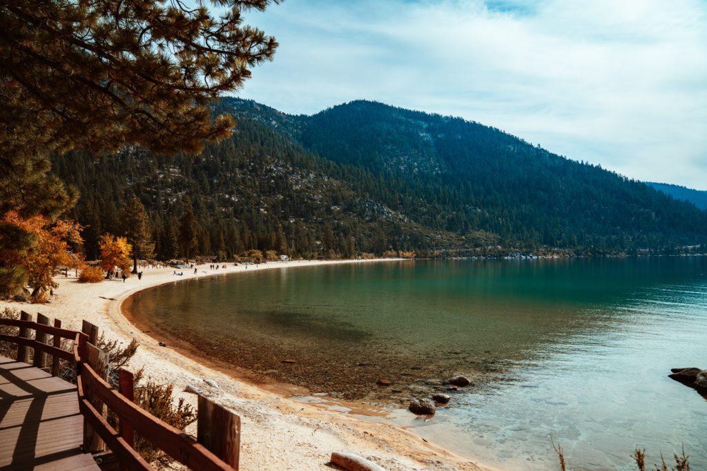 Foto de paisagem outonal, com folhas laranjas, em parte do Lake Tahoe California/Nevada